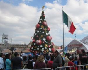 Mexiko hält den Weltrekord für die dicksten Menschen (vorne), den hässlichsten Weihnachtsbaum (Mitte) und die längste Zeit mit der gleichen Partei im Präsidentenpalast (im Hintergrund). Bild: Eigene Aufnahme