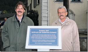Der St. Galler SP-Ständeratskandidat Paul Rechsteiner und der Schäniser Gemeindepräsident Erich Jud weihen die Gedenktafel an die Wahl von 1847 ein. Quelle: